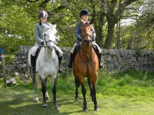 Két fiatal lovas lovagol