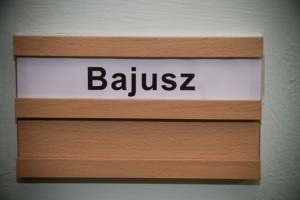 Bajusz felirat az öltözőajtó tábláján